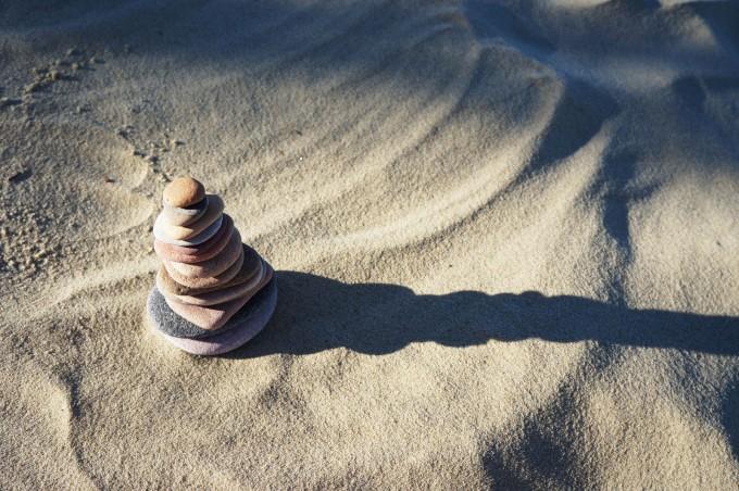 Balance_stones_sand_photorgaphy_sm-680x452